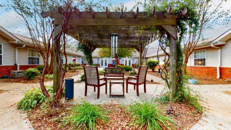 Gaines Park Senior Living   Courtyard