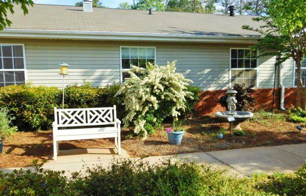 Gaines Park Senior Living | Courtyard